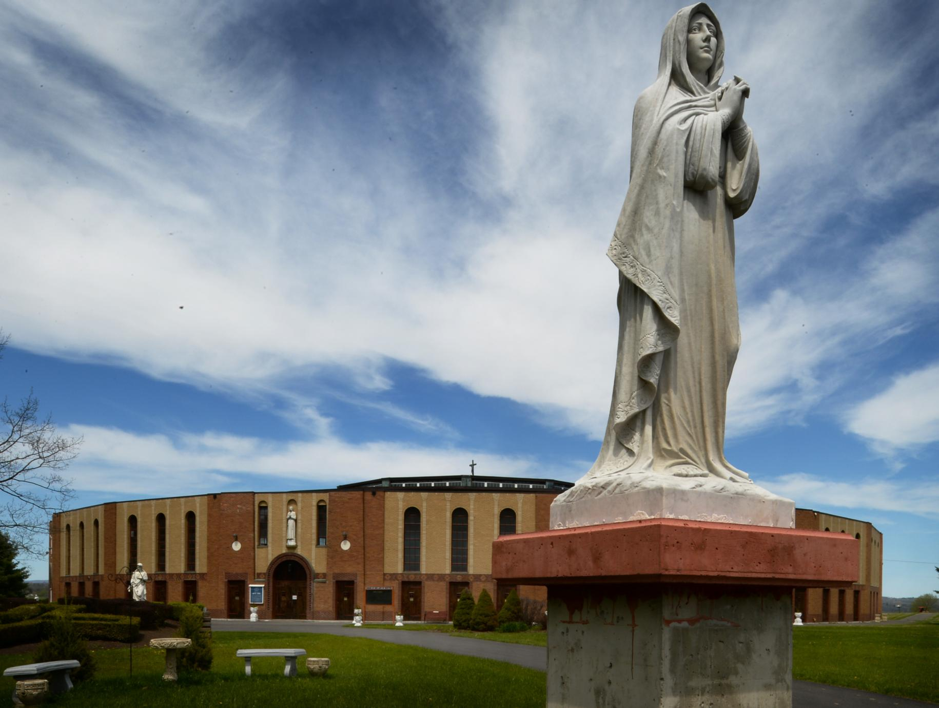 Kuil Nasional Lady of Martyrs Roma di Auriesville di Amerika New York yang Mengispiratif